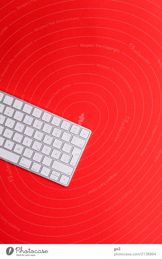 Tastatur auf Rot Bildung Wissenschaften Erwachsenenbildung Schule Studium Arbeit & Erwerbstätigkeit Beruf Büroarbeit Arbeitsplatz Medienbranche Werbebranche