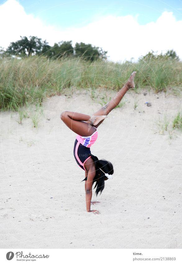 . Mensch Himmel Freude Mädchen Strand Leben Bewegung Küste Sport feminin Gesundheitswesen Sand stehen Lebensfreude Fitness Hügel