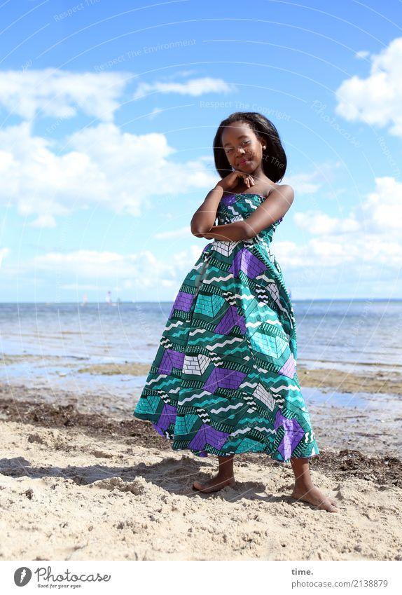 Gloria feminin Mädchen 1 Mensch Sand Wasser Himmel Wolken Sommer Schönes Wetter Strand Ostsee Kleid schwarzhaarig langhaarig beobachten festhalten Blick stehen