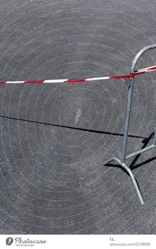 absperrung Baustelle Verkehrswege Straße Wege & Pfade Barriere Absperrgitter grau rot weiß Verbote Farbfoto Außenaufnahme Menschenleer Textfreiraum links