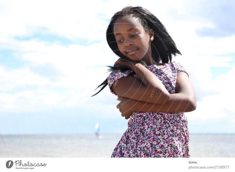 Gloria Mensch Himmel Sommer schön Wolken Mädchen Strand Wärme feminin Zeit Denken Stimmung Zufriedenheit Horizont Lächeln stehen