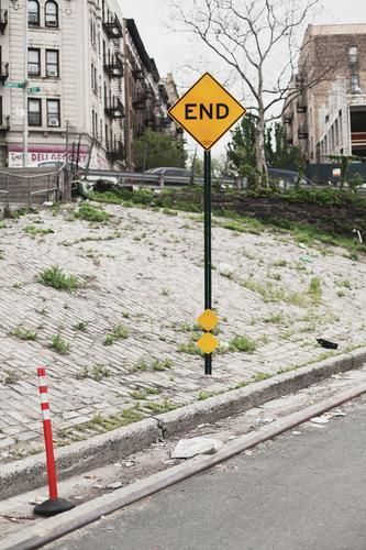 end New York City USA Stadt Menschenleer Haus Verkehr Verkehrswege Straßenverkehr Wege & Pfade Sackgasse Fahrzeug Poller Zeichen Schriftzeichen
