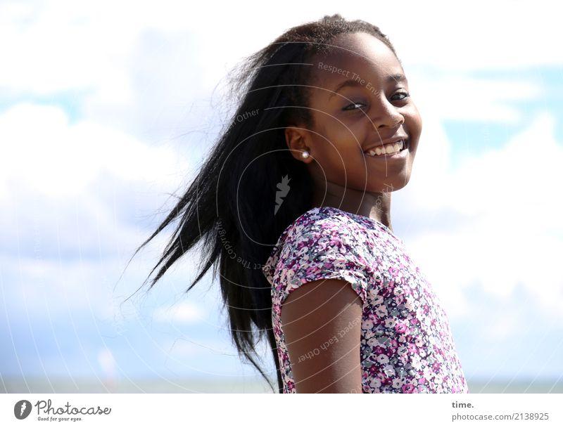 Gloria an der Ostsee Mensch Himmel Sommer schön Erholung Wolken Freude Mädchen Leben Küste feminin Bewegung lachen Zufriedenheit Fröhlichkeit Lebensfreude