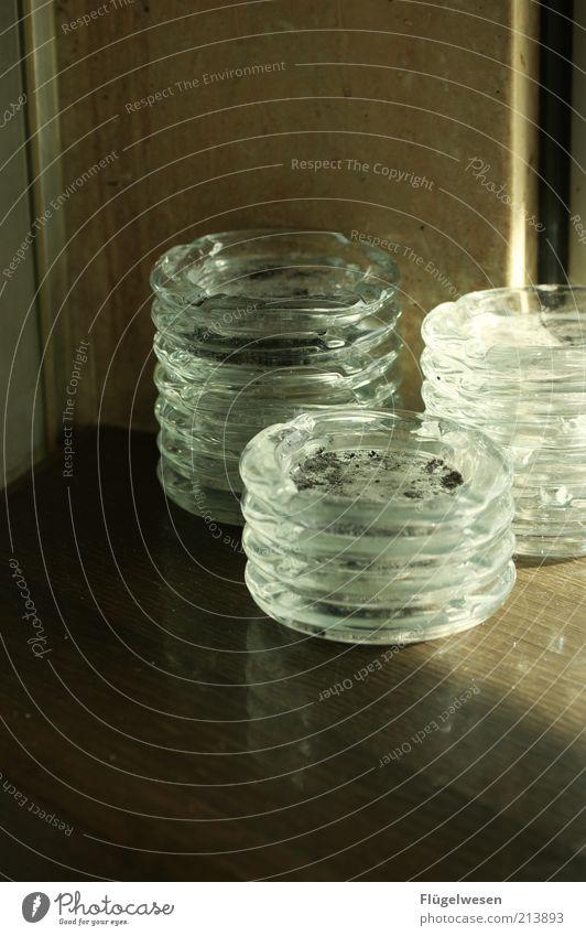 Weltnichtrauchertag Rauchen Aschenbecher Brandasche Nichtraucherschutz Laster Abhängigkeit Farbfoto Innenaufnahme Schatten Glas aufeinander Stapel Gastronomie