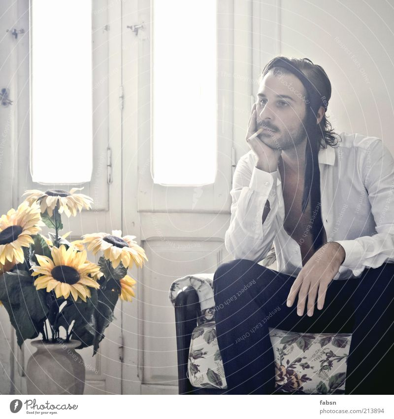 LANGEWEILE FOTOGRAFIERT SICH Langeweile Tabakwaren Rauchen Zigarette Sofa Erholung gammeln Krawatte Stirnband Gedeckte Farben Mann Anzug Einsamkeit Traurigkeit