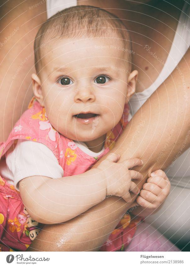Halt Mama fest, Kleine! Mensch Baby Mutter Erwachsene 2 0-12 Monate Kindheit Babybauch Babypuppe babyblau Babynahrung Babyaugen Babyschwimmen Kindergarten
