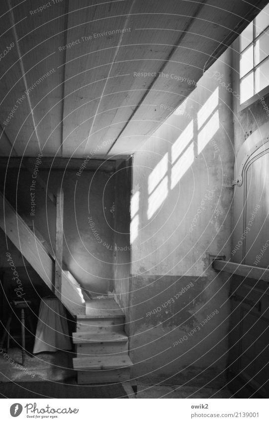 Hintereingang Kirche Treppe Fenster Tür Holz leuchten alt historisch geduldig ruhig Glaube demütig Vergangenheit Vergänglichkeit rustikal lost places