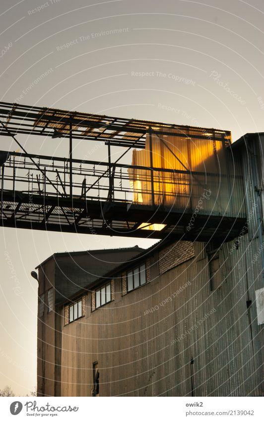 Betreten verboten Hochhaus Industrieanlage Gebäude Fenster Beton Glas Metall Kunststoff leuchten alt gigantisch glänzend groß hoch oben Misserfolg Verfall