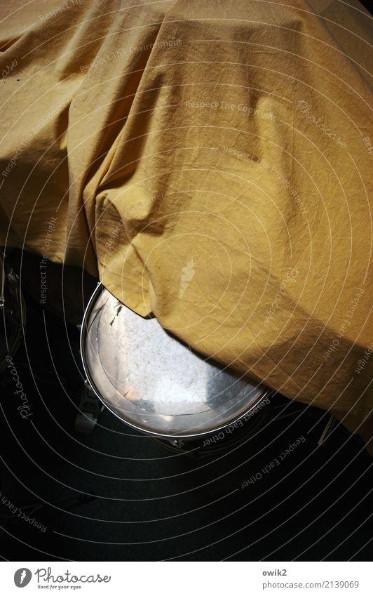 Psssst Musik Schlagzeug Snare Abdeckung Stoff Decke Bettlaken Metall Kunststoff glänzend gelb schwarz weiß geduldig ruhig Reinlichkeit Sauberkeit Neugier