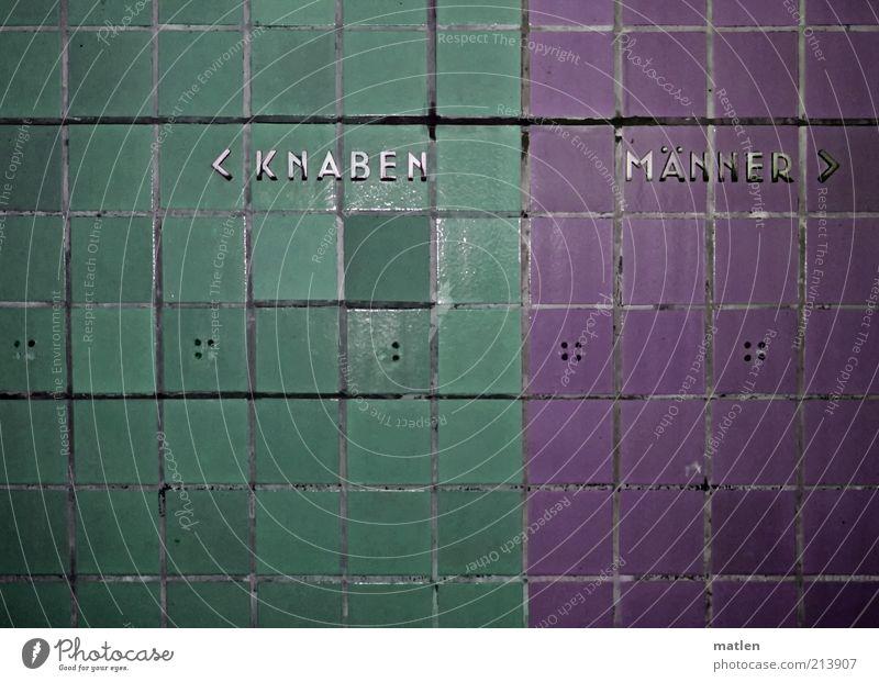 Scheideweg Menschenleer Schwimmbad Mauer Wand Metall Schriftzeichen grün violett Mann Buchstaben Fliesen u. Kacheln Junge Fuge Trennung Wegweiser Pfeil