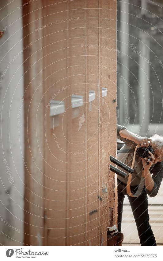 detailverliebt | das unscheinbare... Mensch Mann Erwachsene Wand Mauer Freizeit & Hobby Fotokamera Treppengeländer Fotografieren weißhaarig