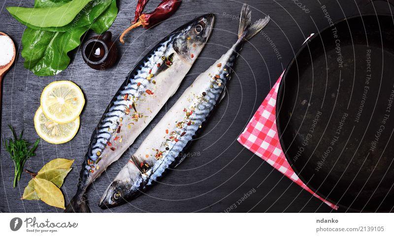 zwei ganze Makrelen Fisch Meeresfrüchte Kräuter & Gewürze Ernährung Mittagessen Abendessen Diät Pfanne Tisch Restaurant Gastronomie Natur Tier Holz frisch