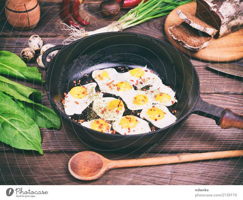Spiegeleier grün rot Speise natürlich oben frisch Kräuter & Gewürze Küche lecker Restaurant Frühstück Tradition Brot Abendessen Essen zubereiten Mittagessen