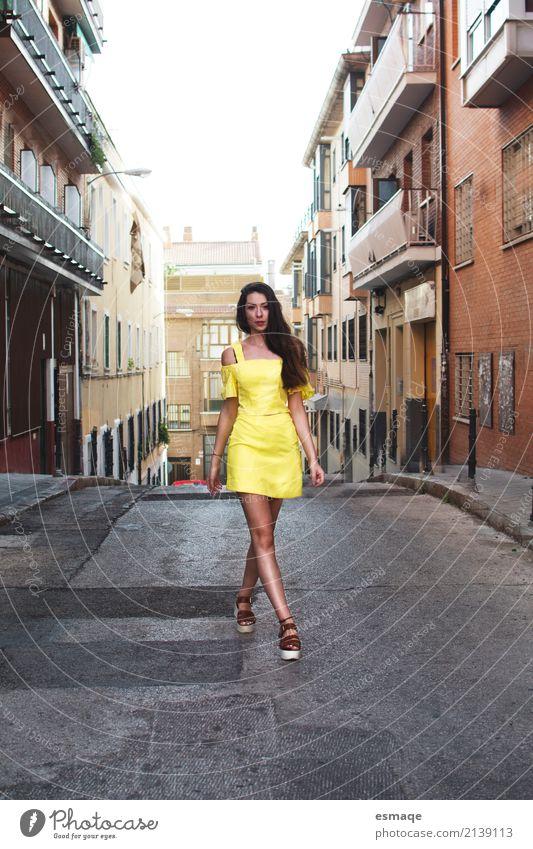 Mädchen auf der Straße Lifestyle kaufen Reichtum Stil Freude feminin Junge Frau Jugendliche 18-30 Jahre Erwachsene Dorf Stadt Mode Bekleidung Kleid laufen