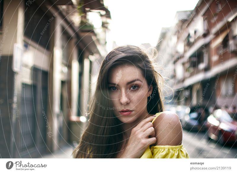 Mädchen auf der Straße Mensch Jugendliche Junge Frau Stadt Freude 18-30 Jahre Erwachsene Lifestyle Gefühle natürlich feminin Stil außergewöhnlich Denken Design
