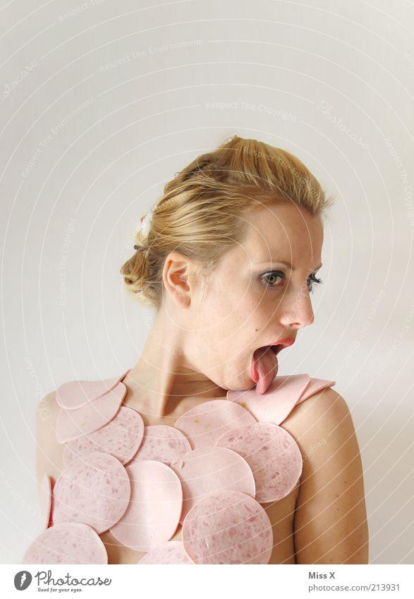 LECKer Frau Jugendliche Erwachsene Junge Frau Essen 18-30 Jahre blond Lebensmittel verrückt Ernährung einzeln genießen trashig bizarr Fleisch Scheibe