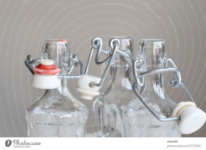 Schnapsfläschchen Spirituosen Glas hell Flaschenhals Flaschenverschluss Klarheit Verschluss Behälter u. Gefäße leer schnapsfläschchen grau rot Farbfoto