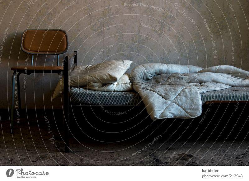 Totenbett alt blau schwarz Einsamkeit dunkel Tod grau Raum dreckig Bett Stuhl Häusliches Leben Vergänglichkeit Innenarchitektur gruselig Tapete