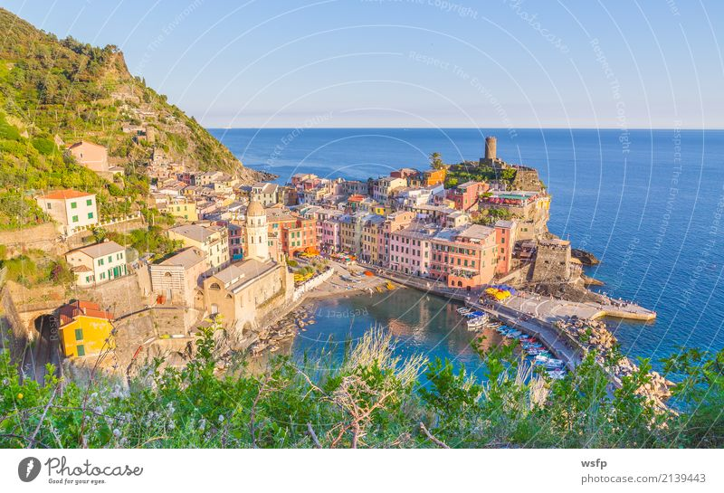 Vernazza Cinque Terre Ligurien Italien Meer Landschaft Küste Dorf Altstadt Architektur historisch la spezia Beleuchtung reisen panorama Europa Klippe Farbfoto