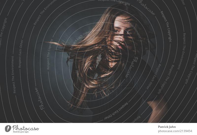 Move Freude Haare & Frisuren Leben Feste & Feiern Tanzen Junge Frau Jugendliche 1 Mensch 13-18 Jahre brünett langhaarig Bewegung rebellisch Erotik wild