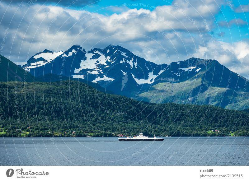Blick auf den Storfjord in Norwegen Erholung Ferien & Urlaub & Reisen Tourismus Berge u. Gebirge Natur Landschaft Wasser Wolken Felsen Fjord Sehenswürdigkeit