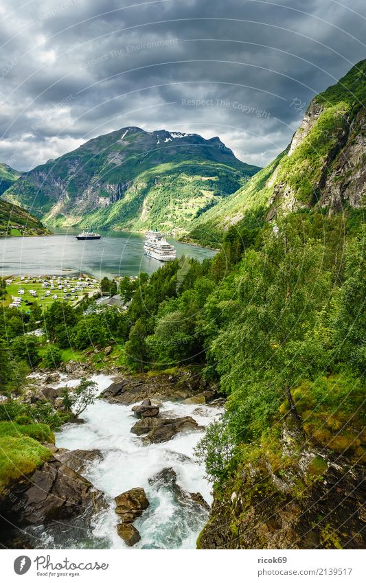 Blick auf den Geirangerfjord in Norwegen Erholung Ferien & Urlaub & Reisen Tourismus Kreuzfahrt Berge u. Gebirge Natur Landschaft Wasser Wolken Felsen Fjord