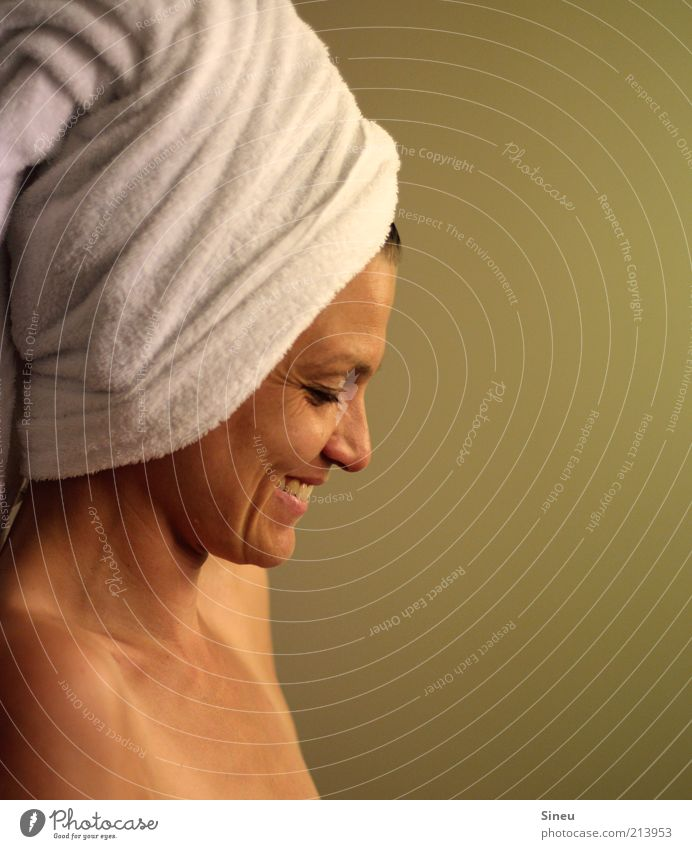 Frau lacht. Gesicht Erwachsene Erholung feminin Kopf lachen Glück Zufriedenheit Haut ästhetisch Fröhlichkeit Sauberkeit Bad Warmherzigkeit Wellness