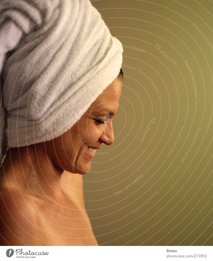 Frau lacht. Frau Gesicht Erwachsene Erholung feminin Kopf lachen Glück Zufriedenheit Haut ästhetisch Fröhlichkeit Sauberkeit Bad Warmherzigkeit Wellness