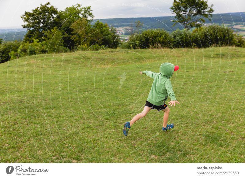 Junge fliegt davon Mensch Kind Hand Freude Ferne Beine Gefühle lachen Spielen Garten Freiheit Fuß Freizeit & Hobby Ausflug wandern