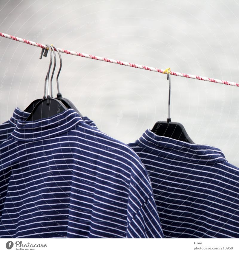 [KI09.1] - Seemanns Garn Seil Bekleidung Hemd Streifen Schnur hängen verkaufen gestreift Kleiderbügel Kleiderhaken Reihe Tracht typisch blau-weiß Folklore Markt