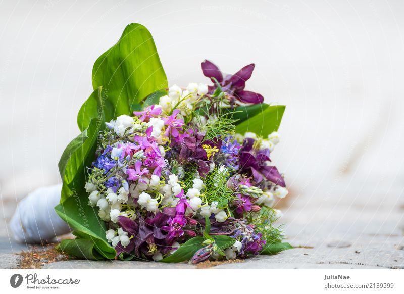 Hochzeitsstrauß auf dem boden alt Blume Blüte Frühling Stein liegen frisch Fröhlichkeit Blühend Bodenbelag vergangen verloren vergessen fertig