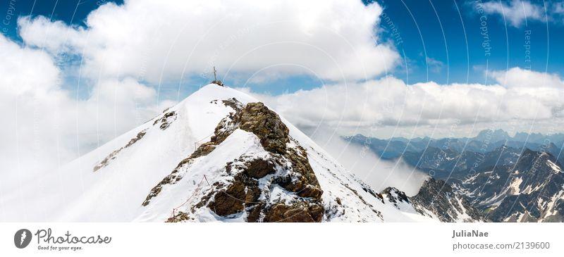 Gifel des mölltal gletscher mit Gipfelkreuz Schneebedeckte Gipfel Berge u. Gebirge Alpen Österreich Gletscher Eis Schneefall Juni Sommer Frühling Wolken Nebel