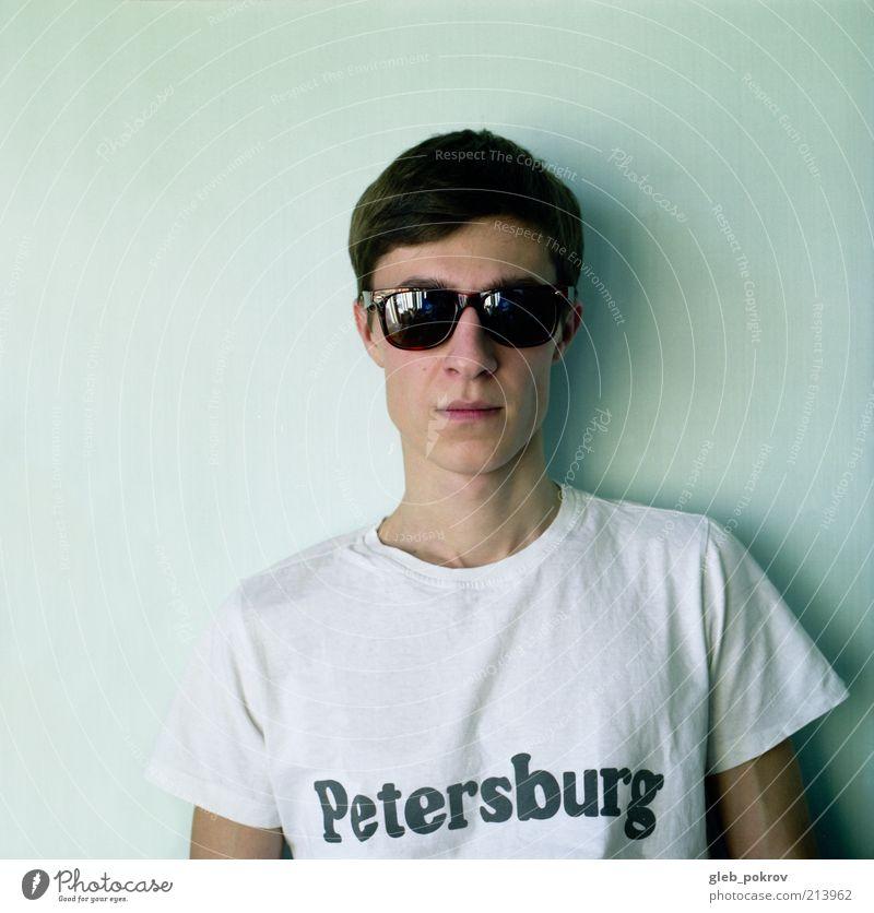 Mensch Haare & Frisuren Bekleidung Porträt T-Shirt hören brünett Sonnenbrille Oberkörper Behaarung