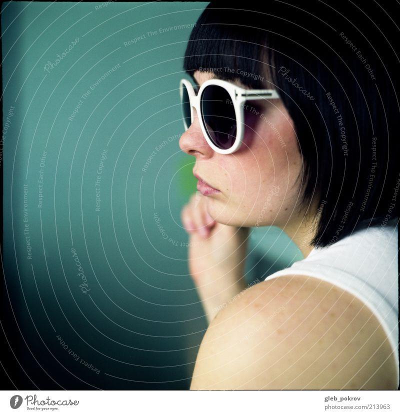 Doc #dubr Junge Frau Jugendliche Haut Haare & Frisuren Nase 1 Mensch T-Shirt Accessoire Sonnenbrille brünett genießen 6x6 Farbfoto Innenaufnahme