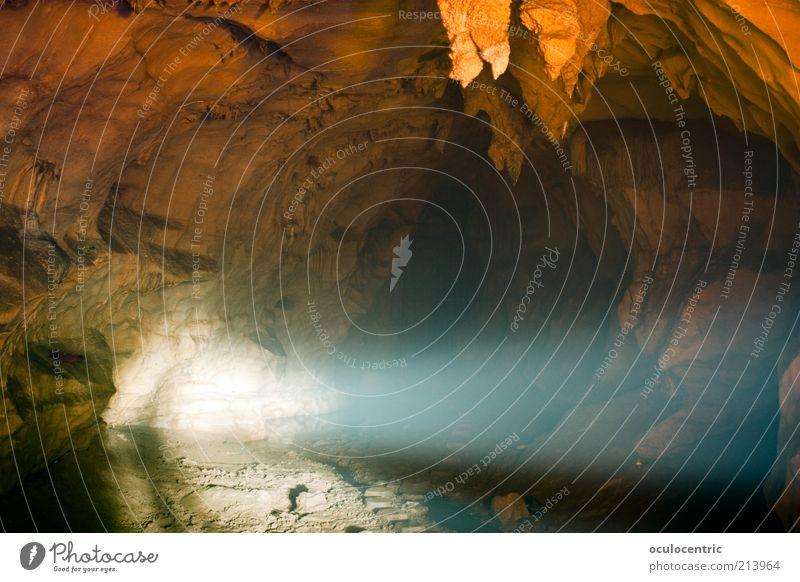 unterirdisch alt blau Sommer kalt träumen orange Erde geheimnisvoll China Scheinwerfer Untergrund Höhle Belichtung Lichtstrahl Tropfsteine Guilin
