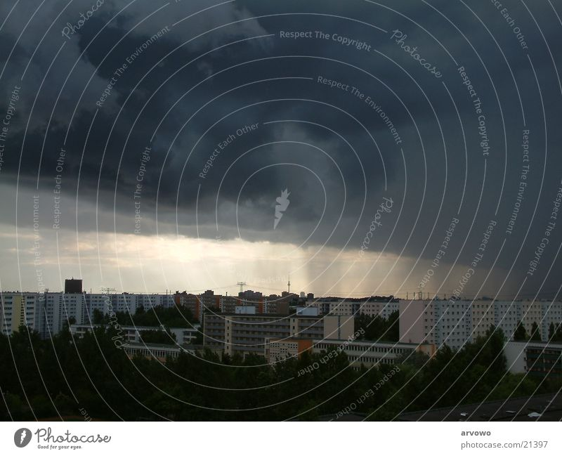 Unwetter über Berlin Stadt Wolken Regen Gewitter