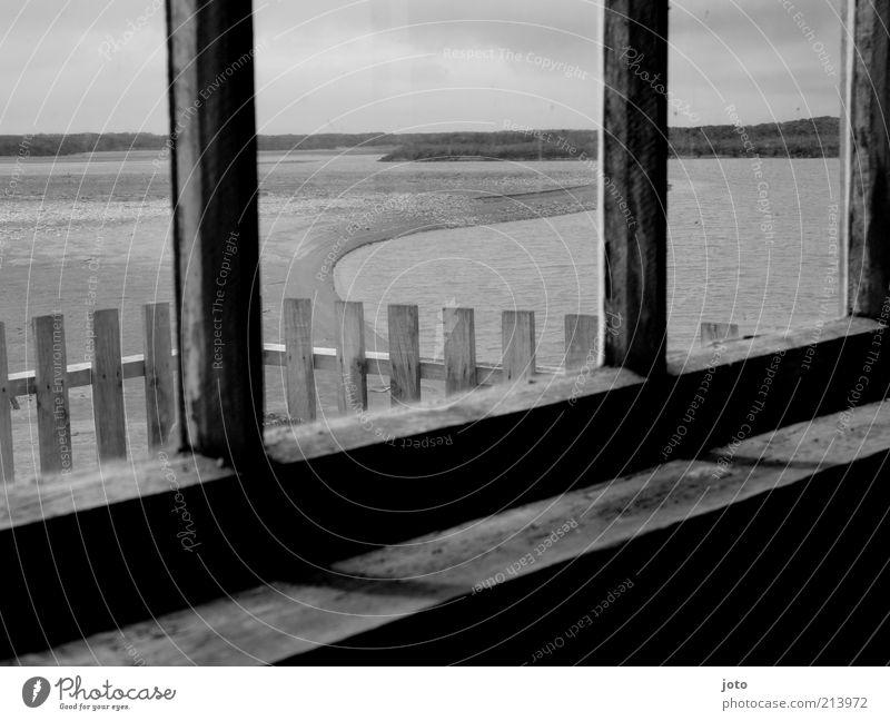 Haus am See Seeufer Flussufer Strand Teich Fenster alt Zaun Horizont Traurigkeit Trauer beobachten Einsamkeit Neuseeland Fensterscheibe Schatten Landschaft