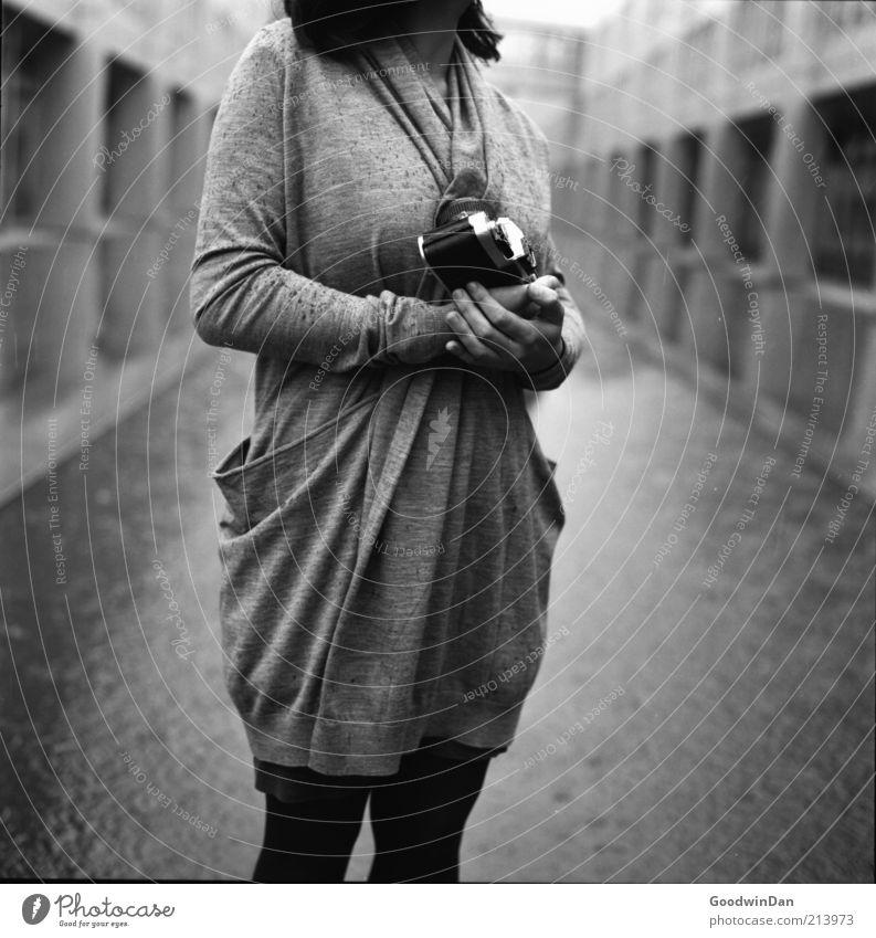 festhalten. II Mensch feminin Junge Frau Jugendliche Erwachsene Partner 1 18-30 Jahre Umwelt Gebäude Fotokamera atmen frieren warten außergewöhnlich authentisch
