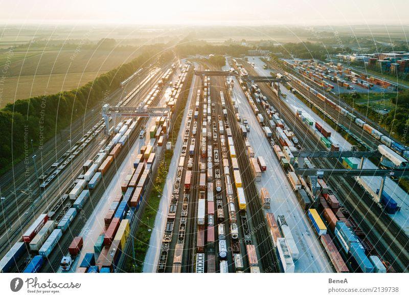 Güterzüge und Fracht Container in einem Container Terminal Business Verkehr Wachstum Technik & Technologie Zukunft Industrie Eisenbahn Güterverkehr & Logistik