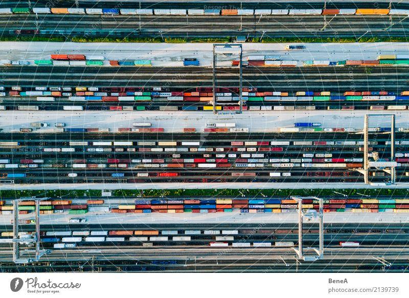 Güterzüge und bunte Container in einem Logistik Bahnhof Business Verkehr Wachstum Technik & Technologie Zukunft Industrie Eisenbahn Güterverkehr & Logistik