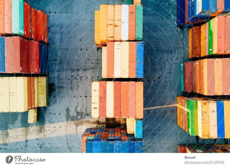 Bunte Fracht Container in einem Waren Lager Business Verkehr Wachstum kaufen Industrie Güterverkehr & Logistik Unendlichkeit Wirtschaft Handel Lastwagen