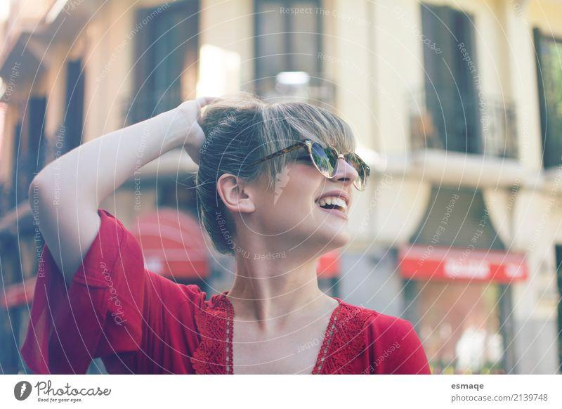 Portrait eines lächelnden Mädchens mit Sonnenbrille Lifestyle kaufen Reichtum elegant Stil Freude Glück schön Entertainment feminin Dorf Kleinstadt Stadt