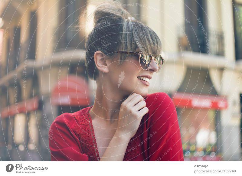 Streetstyle-Mädchen Jugendliche Junge Frau Stadt schön rot Freude Lifestyle feminin Stil lachen Denken Design Zufriedenheit elegant Lächeln Fröhlichkeit