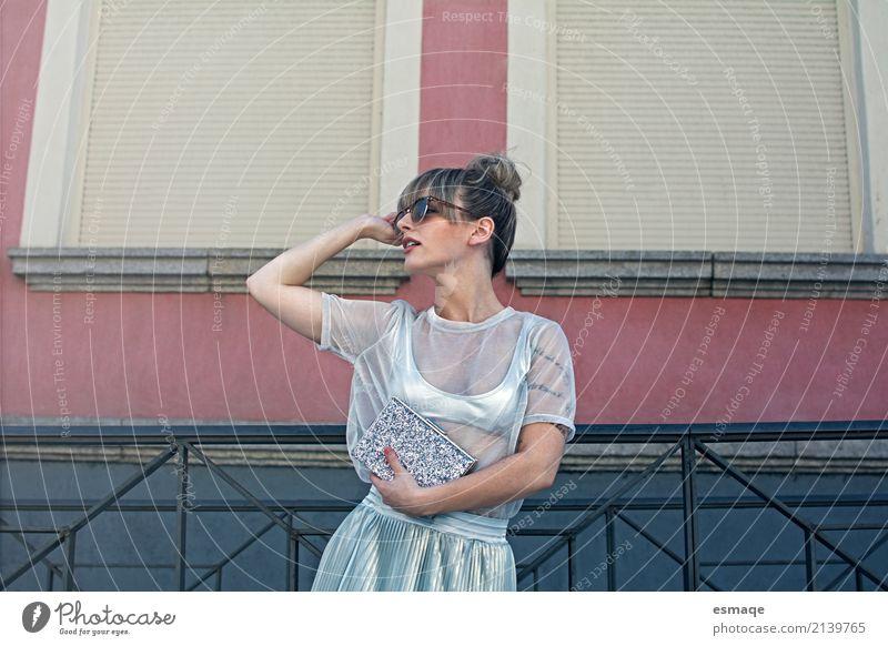 Mode Mädchen auf der Straße Lifestyle kaufen Reichtum elegant Stil Design Freude schön feminin Junge Frau Jugendliche Erwachsene Accessoire Sonnenbrille