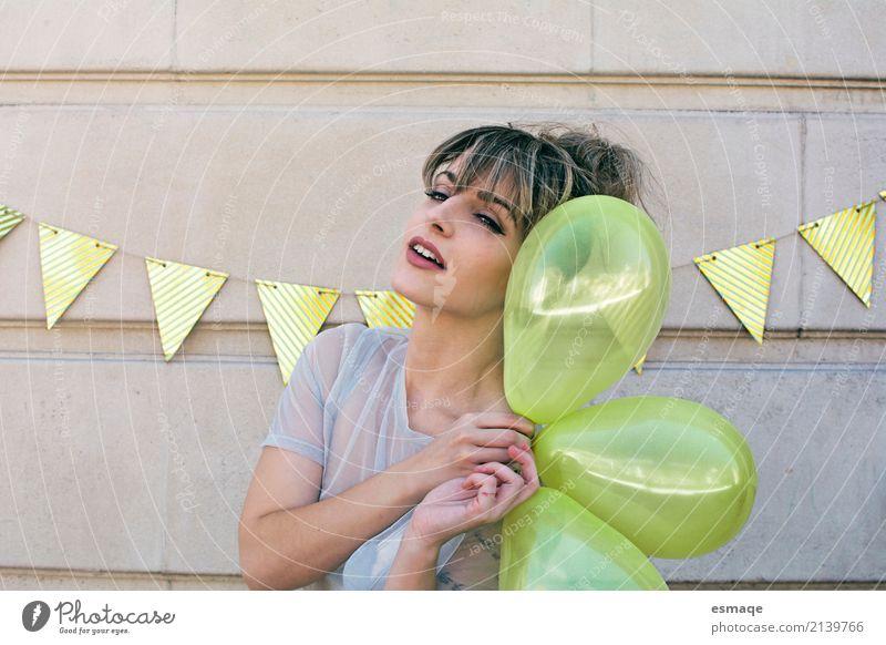 Parte Mädchen Lifestyle Freude Feste & Feiern Geburtstag feminin Junge Frau Jugendliche Luftballon Denken genießen Lächeln lachen Freundlichkeit Fröhlichkeit