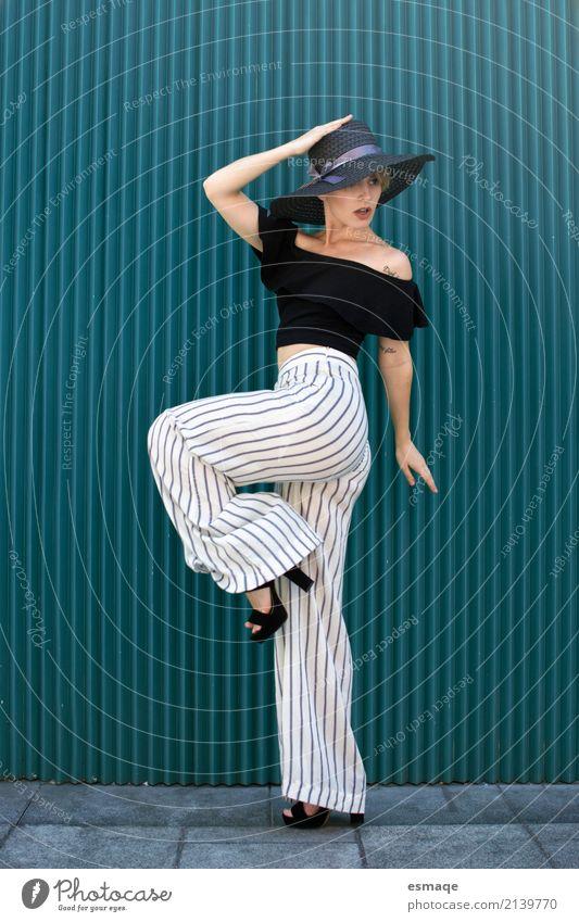 stilvolle Mädchen posiert Mensch Frau Jugendliche Junge Frau Stadt Freude 18-30 Jahre Erwachsene Wand Lifestyle feminin Stil Glück Mauer Freiheit Mode