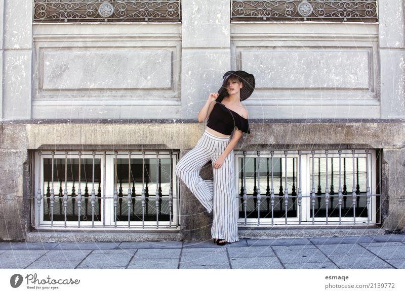 Mensch Frau Jugendliche Junge Frau Freude 18-30 Jahre Erwachsene Wand Lifestyle Gesundheit Bewegung feminin Stil Mauer außergewöhnlich Denken
