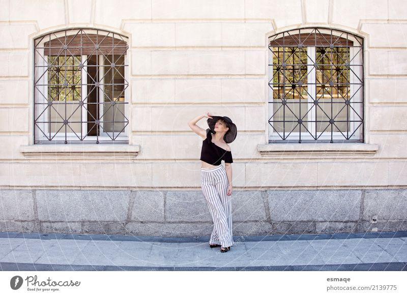 Modefrau auf der Straße Mensch Frau Jugendliche Junge Frau blau Stadt schön Freude 18-30 Jahre Erwachsene Lifestyle Bewegung feminin Stil rosa