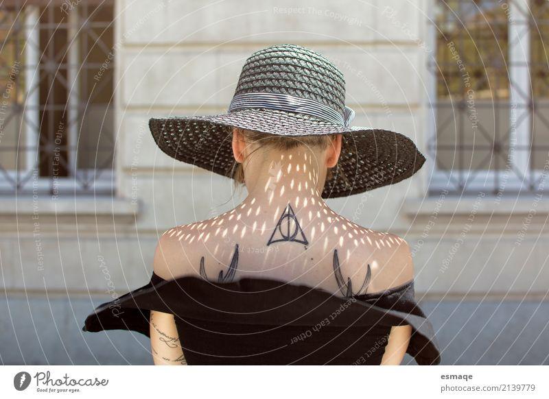 tätowiertes Mädchen Mensch Jugendliche Junge Frau Stadt schön 18-30 Jahre Erwachsene Wand Lifestyle Gesundheit feminin Stil Kunst Mauer Mode Design