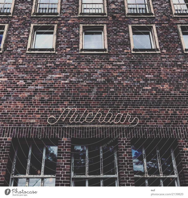 Milchbar Neon Stadt Hauptstadt Haus Industrieanlage Fabrik Bauwerk Gebäude Architektur Mauer Wand Fassade Fenster Leuchtreklame Häusliches Leben dunkel eckig